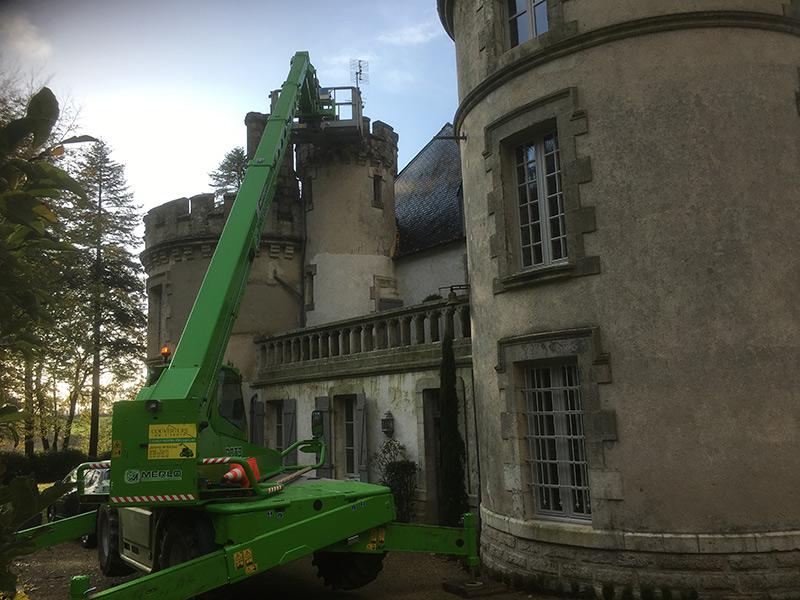 location nacelle télescopique pour ramonage de cheminée de château